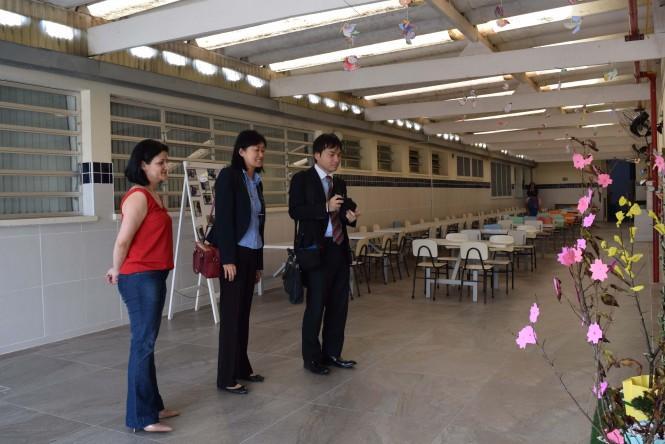 Diretora do Colégio em visita à unidade com o Vice Cônsul e a representante do Departamento Econômico do Consulado.