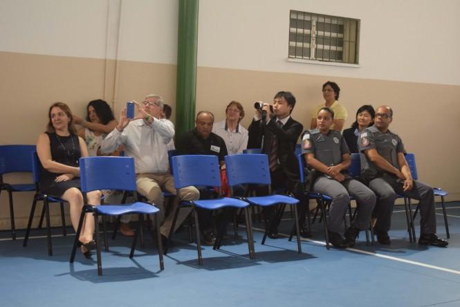 Convidados assistem e registram à apresentação dos estudantes.