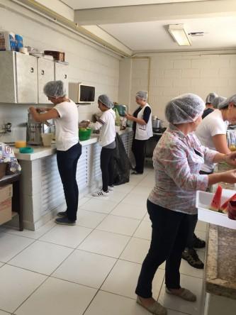 Grupo de Voluntários prepara o lanche