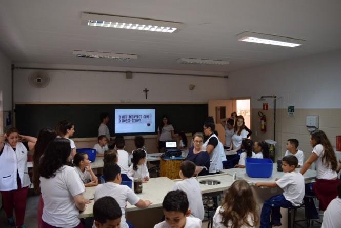 Aula sobre lixo no Laboratório de Ciências do Santa Isabel