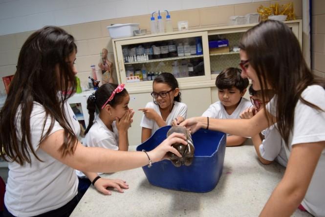 Experimento sobre lixo no Laboratório de Ciências do Santa Isabel