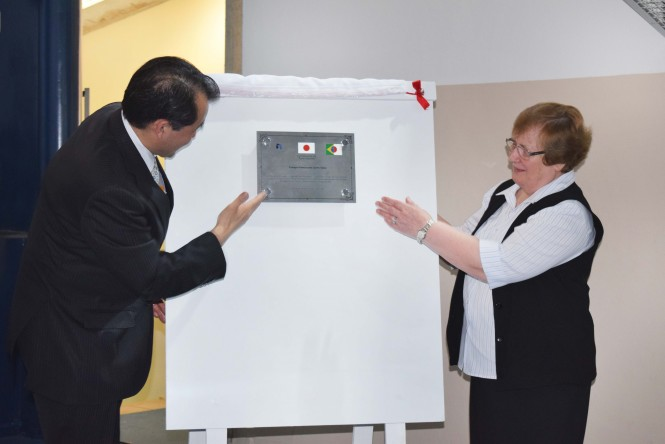 Cônsul Geral do Japão, Yasushi Noguchi, e a Presidente da ACF, Irmã Romana, apresentam a placa de agradecimento e reconhecimento da parceria