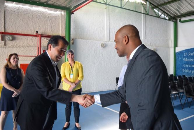 Cônsul Geral do Japão cumprimenta o Cerimonialista e Pastoralista da ACF.