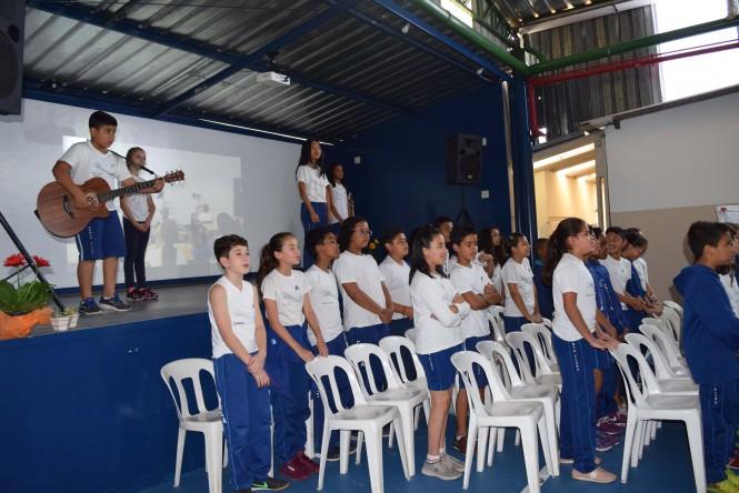 Estudantes durante a apresentação musical.