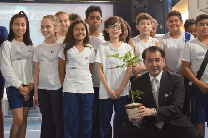 Cônsul Geral do Japão e estudantes.