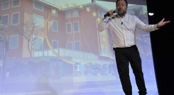Profº Dr. César Nunes palestrando aos Educadores da ACF